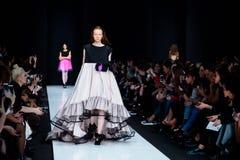 Modellen går landningsbanan för IVKA-catwalk på Nedgång-vintern 2017-2018 på Mercedes-Benz Fashion Week Russia Arkivfoton