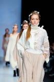 Modellen går landningsbanan för KSENIASERAYA-catwalk på Nedgång-vintern 2017-2018 på Mercedes-Benz Fashion Week Russia Arkivfoton