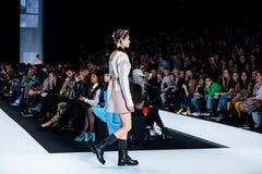 Modellen går landningsbanan för KSENIASERAYA-catwalk på Nedgång-vintern 2017-2018 på Mercedes-Benz Fashion Week Russia Arkivbild