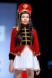 Modellen går landningsbanan för RYSK SKÖNHETcatwalk för VÄRLD på veckan 2017 för Vår-sommar Moskvamode Kläder i nationell etnisk  Arkivfoto