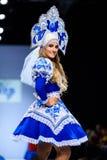Modellen går landningsbanan för RYSK SKÖNHETcatwalk för VÄRLD på veckan 2017 för Vår-sommar Moskvamode Kläder i nationell etnisk  Royaltyfria Bilder