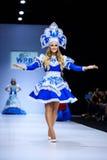 Modellen går landningsbanan för RYSK SKÖNHETcatwalk för VÄRLD på veckan 2017 för Vår-sommar Moskvamode Kläder i nationell etnisk  Royaltyfri Foto