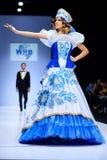 Modellen går landningsbanan för RYSK SKÖNHETcatwalk för VÄRLD på veckan 2017 för Vår-sommar Moskvamode Kläder i nationell etnisk  Royaltyfri Fotografi