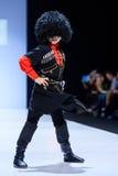 Modellen går landningsbanan för RYSK SKÖNHETcatwalk för VÄRLD på veckan 2017 för Vår-sommar Moskvamode Kläder i nationell etnisk  Arkivfoton