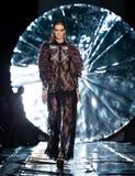 Modellen går landningsbanan för SENSUS-SÖMNADcatwalk på Nedgång-vintern 2017-2018 på Mercedes-Benz Fashion Week Russia Arkivfoton