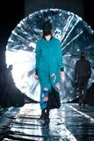 Modellen går landningsbanan för SENSUS-SÖMNADcatwalk på Nedgång-vintern 2017-2018 på Mercedes-Benz Fashion Week Russia Arkivfoto