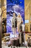 Modellen gekleed met luxekleding van de recentste inzamelingen en de coulisse van de de wintermanier stock afbeelding