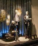 Modellen gekleed met luxekleding van de recentste manierinzamelingen en de coulisse stock fotografie