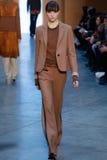 Modellen Grace Hartzel går landningsbanan på Derek Lam Fashion Show under MBFW-nedgången 2015 Royaltyfria Foton