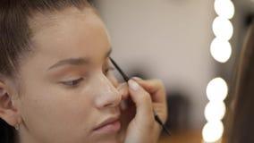 Modellen har en makeup av makeupkonstnären i skönhetsalong F?rsta personsikt Rödhårig manmodell med fräknar Stäng sig upp av mode arkivfilmer