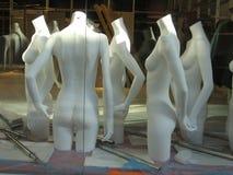 Modellen in het winkelvenster Stock Foto's
