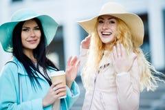 Modellen in hoed met koffie Royalty-vrije Stock Afbeeldingen