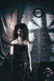 Modellen i bilden av en tokig kvinna Arkivfoton