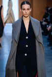 Modellen Julia Bergshoeff går landningsbanan på Derek Lam Fashion Show under MBFW-nedgången 2015 Arkivfoton