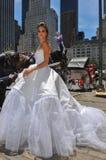 Modellen Kalyn Hemphill poserar framme av hästvagnen Arkivbild