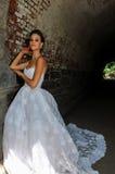 Modellen Kalyn Hemphill poserar under bron Arkivfoto
