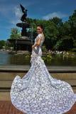 Modellen Kalyn Hemphill poserar vid springbrunnen i Central Park Fotografering för Bildbyråer