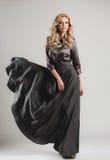 Modellen kommer på catwalken under en modeshow Fotografering för Bildbyråer