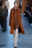 Modellen Lexi Boling går landningsbanan på Derek Lam Fashion Show under MBFW-nedgången 2015 Royaltyfri Bild