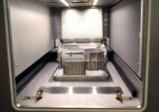 Modellen med service som skapas i laser som sintrar maskinen, blir i funktionsduglig kammare Fotografering för Bildbyråer