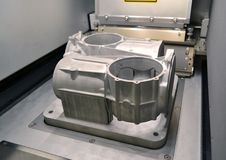 Modellen med service som skapas i laser som sintrar maskinen, blir i funktionsduglig kammare Arkivbilder