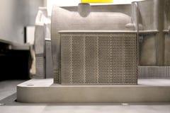 Modellen med service som skapas i laser som sintrar maskinen, blir i funktionsduglig kammare Arkivbild