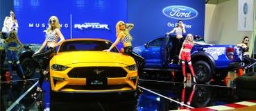Modellen met de Roofvogel van Ford Mustang Bullitt en van de Boswachter worden tijdens Kuala wordt getoond gesteld dat royalty-vrije stock afbeelding