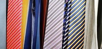 Modellen och linjen av många färgrika slipsar Fotografering för Bildbyråer