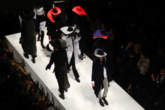Modellen op de loopbrug tijdens de modeshow stock fotografie