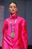 Modellen på modeet ståtar Royaltyfri Fotografi