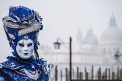 Modellen poserar för fotografer på den Venedig karnevalet 2016 Arkivfoto