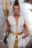 Modellen Rebekah Marine går Annas höga landningsbana på våren 2016 för FTL Moda royaltyfria foton
