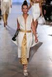 Modellen Rebekah Marine går Annas höga landningsbana på våren 2016 för FTL Moda royaltyfria bilder