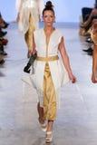 Modellen Rebekah Marine går Annas höga landningsbana på våren 2016 för FTL Moda arkivbilder