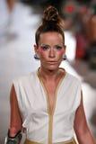 Modellen Rebekah Marine går Annas höga landningsbana på våren 2016 för FTL Moda arkivfoto