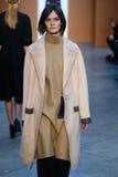 Modellen Sam Rollinson går landningsbanan på Derek Lam Fashion Show under MBFW-nedgången 2015 Arkivbild