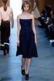 Modellen Sasha Luss går landningsbanan på Derek Lam Fashion Show under MBFW-nedgången 2015 Royaltyfri Foto
