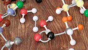 Modellen van molecules van een plastic aannemer stock videobeelden
