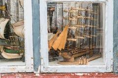 Modellen van oude schepen en boten achter oud venster stock afbeeldingen