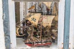 Modellen van oude schepen en boten achter oud venster royalty-vrije stock afbeeldingen
