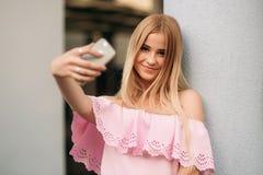 Modellengang rond de stad en gebruiksgadgets Zonnige dag De zomer Royalty-vrije Stock Fotografie