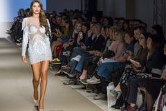 Modellenloopbrug in Modeshow royalty-vrije stock foto's