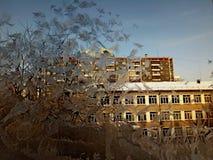 Modeller av frost på exponeringsglasfönstret av huset royaltyfri fotografi