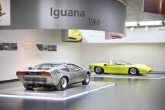 Modeller för alfabetisk Romeo Iguana och 33/2 kupéSpeciale på skärm på det historiska museet Alfa Romeo royaltyfria bilder