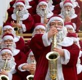 modeller för julclaus dag som leker den santa saxofonen Royaltyfri Bild