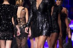Modeller för kvinnlig för show för modecatwalklandningsbana royaltyfria bilder