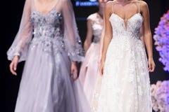 Modeller för kvinnlig för show för modecatwalklandningsbana royaltyfri fotografi