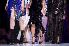 Modeller för kvinnlig för show för modecatwalklandningsbana arkivfoto