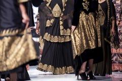 Modeller för kvinnlig för show för modecatwalklandningsbana royaltyfri foto