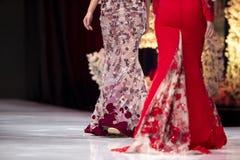 Modeller för kvinnlig för show för modecatwalklandningsbana fotografering för bildbyråer